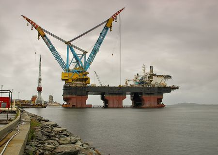 hook up: Two fully revolving cranes with 140-metre-long booms fitted with 4 hooks. Each crane is capable of lifting up to 7,000 tonnes at 40 m lift radius using the main hook. The accommodation designed for 700 people contains 30 triple cabins, 335 double cabins.