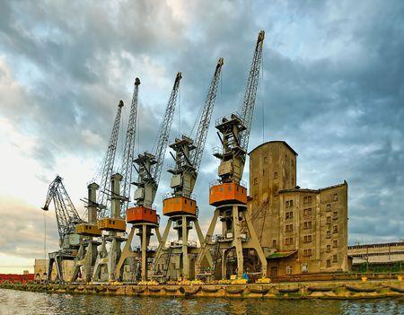 construction navale: Cinq Samurai et greybeard avec une canne. Grues portuaires en pr�vision du navire, Gdansk - Pologne. Banque d'images
