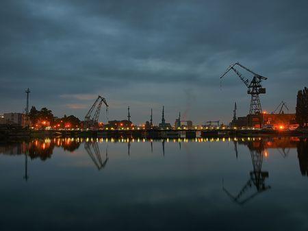 chantier naval: Gdansk shipyard at dawn, Poland. Banque d'images