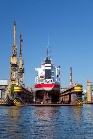 construction navale: Un grand navire est en cours de r�novation au chantier naval de Gdansk, en Pologne.  Banque d'images