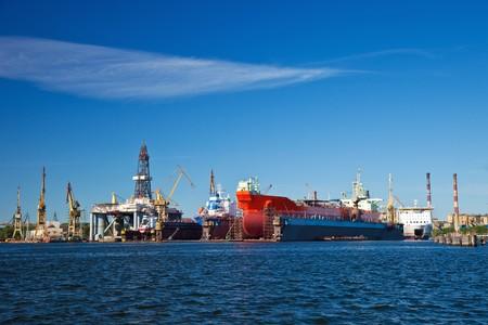 chantier naval: Un grand cargo est en cours de r�novation dans le chantier naval de Gdansk, en Pologne. Banque d'images
