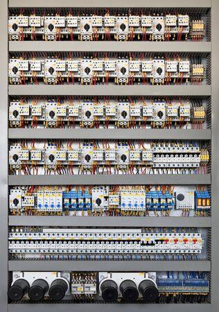 lopende band: Elektrische paneel aan een assemblagelijn fabriek. Besturings elementen en schakelaars.