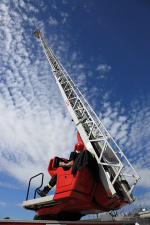 coche de bomberos: Bombero sirviendo con la escalera de cami�n de fuego extendida.