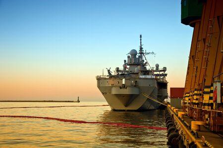 radar gun: Buque de guerra en el puerto de Gdynia, Polonia.