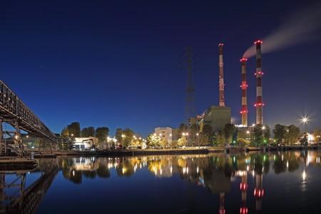 paesaggio industriale: Paesaggio industriale. Stazione di calore e il fiume. Editoriali