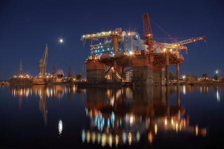 chantier naval: R�paration de la plate-forme de forage dans le chantier naval. Banque d'images