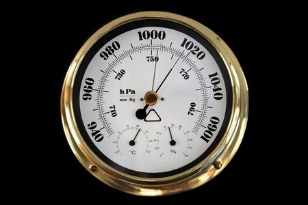 pluviometro: Barómetro sobre un fondo negro.