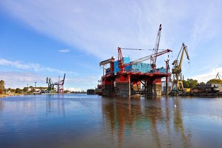bomba de gasolina: Plataforma de perforación en la renovación de los astilleros de Gdansk, Polonia. Foto de archivo