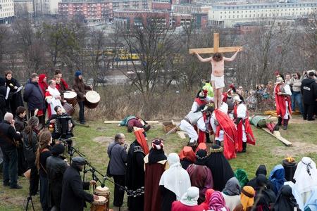 cross leg: GDANSK - 2 de abril: Presentaci�n de misterio de la pasi�n de Jes�s Cristo, interpretada por actores con la participaci�n de los espectadores el 2 de abril de 2010 en Gdansk, Polonia.