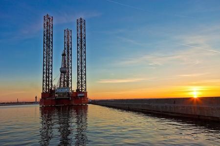 chantier naval: Plate-forme de forage p�trolier au fond du coucher du soleil. Banque d'images