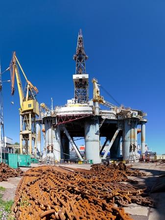 chantier naval: R�paration de plate-forme p�troli�re dans le chantier naval de Gdansk, en Pologne.