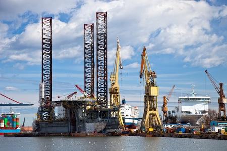 chantier naval: R�paration de la plate-forme dans le chantier naval de Gdansk, en Pologne. Banque d'images