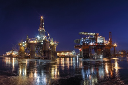 construction platform: Repair of the oil rig in the shipyard.