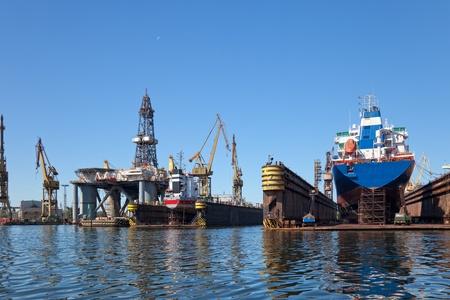 chantier naval: Un grand cargo est en cours de r�novation dans les chantiers navals de Gdansk, en Pologne.