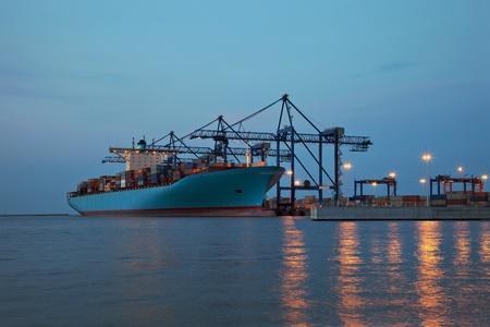Chargement des conteneurs à bord d'un cargo dans le port de Gdansk, en Pologne
