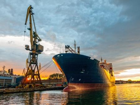 szállítás: Cargo hajó a kikötőben naplementekor. Gdansk, Lengyelország.