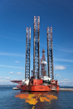 oil platforms: Petroleum spill from the oil rig