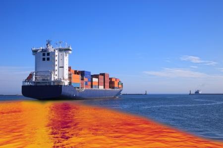 contaminacion ambiental: La contaminaci�n ambiental causada por el derrame de petr�leo de la nave Foto de archivo