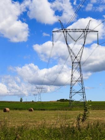 torres de alta tension: Vista de la torre de alta tensión con líneas eléctricas Foto de archivo