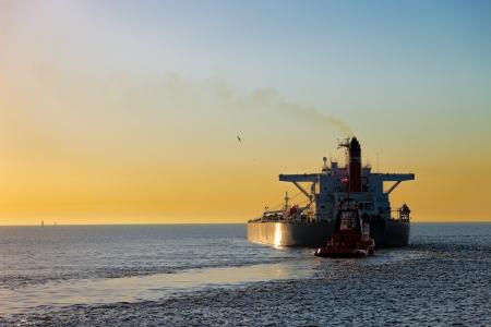 camión cisterna: Cisterna al atardecer hacerse a la mar