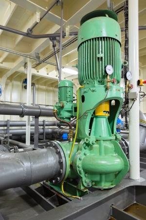 aguas residuales: Bomba de agua el�ctrica industrial y las tuber�as Foto de archivo