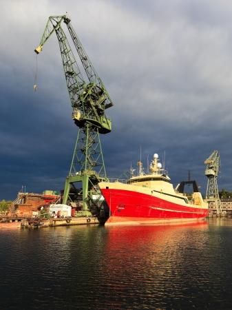 construction navale: Sombres nuages ??de pluie sur le chantier naval de Gdansk, en Pologne