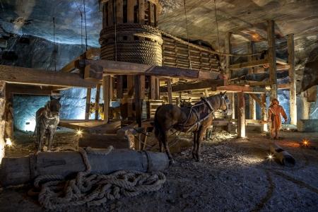 Salzbergwerk Wieliczka kontinuierlich betrieben seit dem 13. Jahrhundert. Underground Mine verfügt über 300 Gänge und 300 Kammern. Werden in neun Ebenen angeordnet sind, wird die letztere in einer Tiefe von 327 Metern. Im Jahr 1978 trat er in die Welterbeliste der Heri Editorial