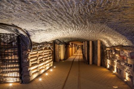 tiefe: Salzbergwerk Wieliczka kontinuierlich betrieben seit dem 13. Jahrhundert. Underground Mine verfügt über 300 Gänge und 300 Kammern. Werden in neun Ebenen angeordnet sind, wird die letztere in einer Tiefe von 327 Metern. Im Jahr 1978 trat er in die Welterbeliste der Heri Editorial