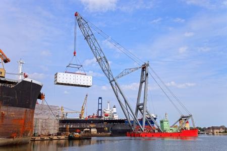 chantier naval: Lourd navire grue de levage flottant pendant le fonctionnement