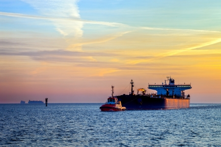 cami�n cisterna: Cisterna barco al amanecer