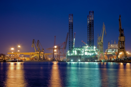 drilling rig: Repair of the oil rig in the shipyard