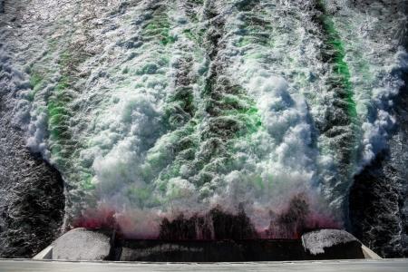 contaminacion del agua: Contaminación de aguas residuales de la fábrica al aire libre Foto de archivo