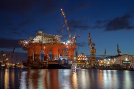 chantier naval: R�paration de la plate-forme p�troli�re dans le chantier naval Banque d'images