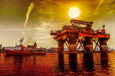 torre de perforacion petrolera: Plataforma petrolera en el espectacular paisaje