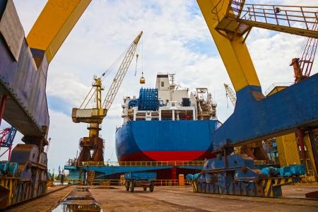 Schiff und monumentalen Kran in der Werft