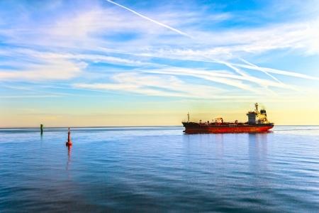 szállítás: Olajszállító tartályhajó Hajó és bója a tengerben Stock fotó