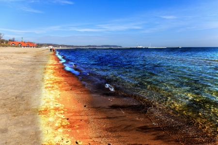 desechos toxicos: Derrame de petróleo en la playa - La imagen es una representación digital artística