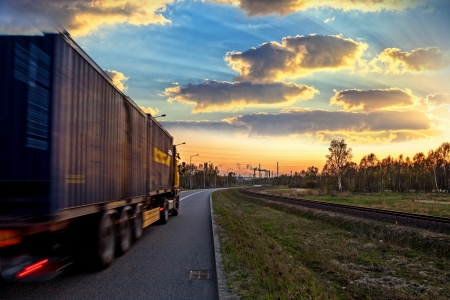 ciężarówka: Ciężarówka na drodze - prÄ™dkość i koncepcji dostawy Zdjęcie Seryjne