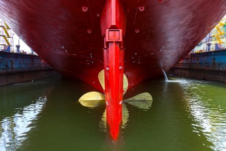 chantier naval: Pr�s d'une h�lice de bateau dans l'eau Banque d'images