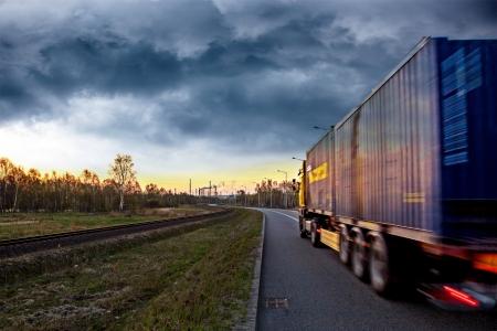 Vrachtwagen op de weg in stormachtige dag Stockfoto