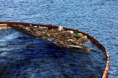 Oil Spill op het water - vervuild water reservoir Stockfoto