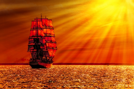 Sailing ship on the sea at sunset skyline  Banque d'images