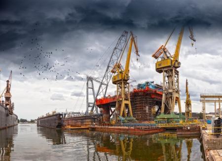 Dramatische landschap van de scheepswerven in Gdansk, Polen Stockfoto
