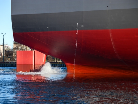 Een schepen achtersteven op een werkende haven