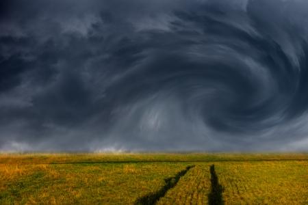Storm donkere wolken boven veld - dramatische hemel