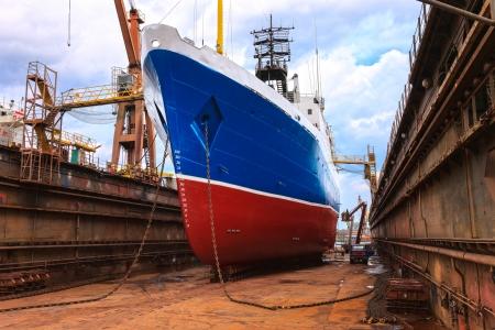 Vrachtschip wordt in de scheepswerf van Gdansk, Polen wordt gerenoveerd