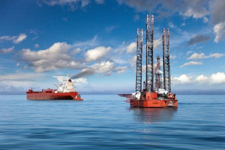 Booreiland en tanker schip op offshoregebied Stockfoto