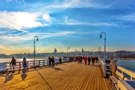 Toeristen lopen op de pier van Sopot langste houten pier in Europa