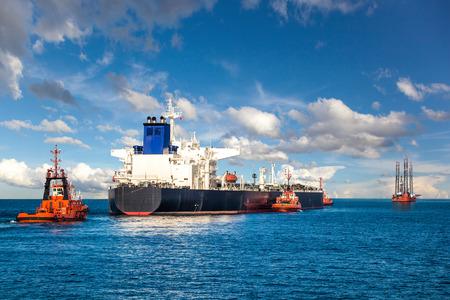 Olieplatform en Tanker in de Zee Stockfoto
