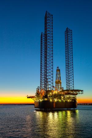 fioul: Plate-forme pétrolière au coucher du soleil